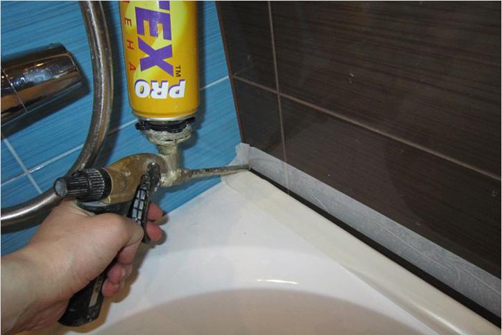 Заделка шва между плиткой и ванной