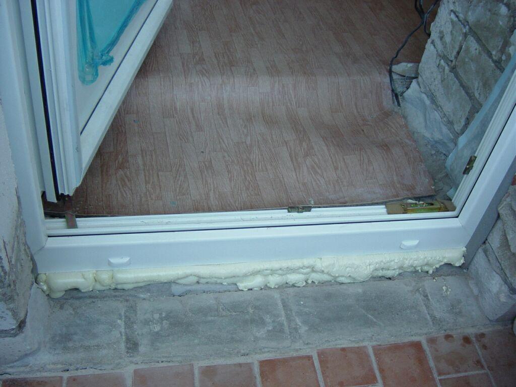 Отремонтировать порог под пластиковой балконной дверью..